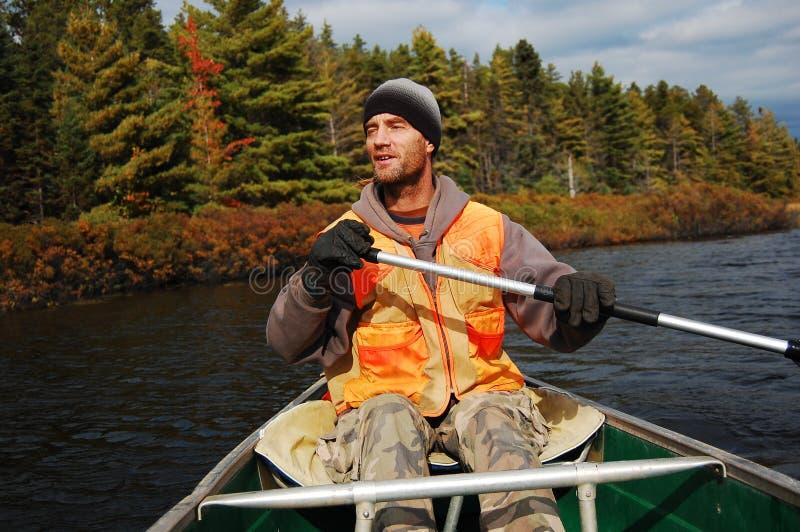 Uomo in una canoa immagini stock libere da diritti