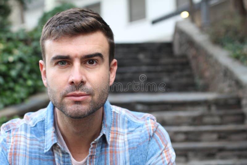Uomo unico con un occhio azzurro ed un occhio marrone immagine stock libera da diritti