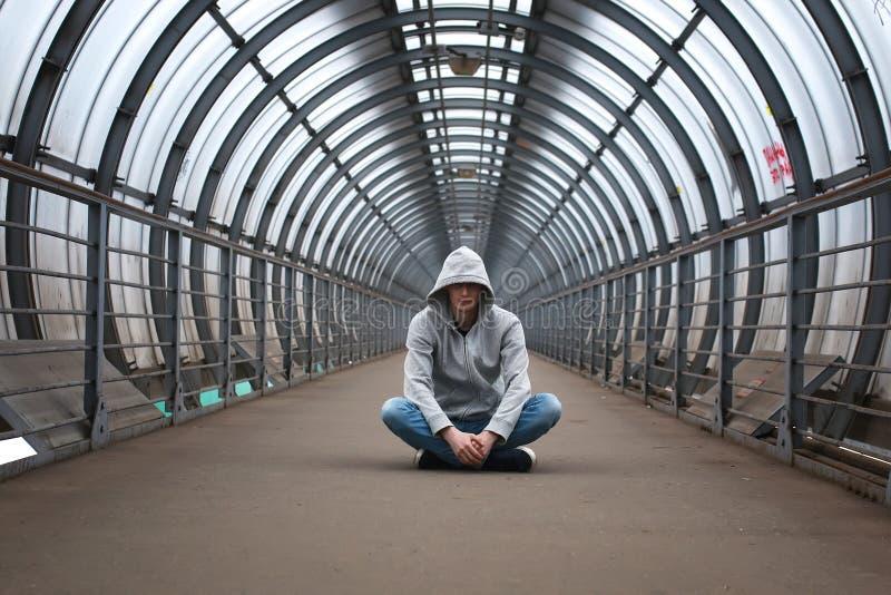 Uomo urbano della via in maglia con cappuccio immagini stock libere da diritti