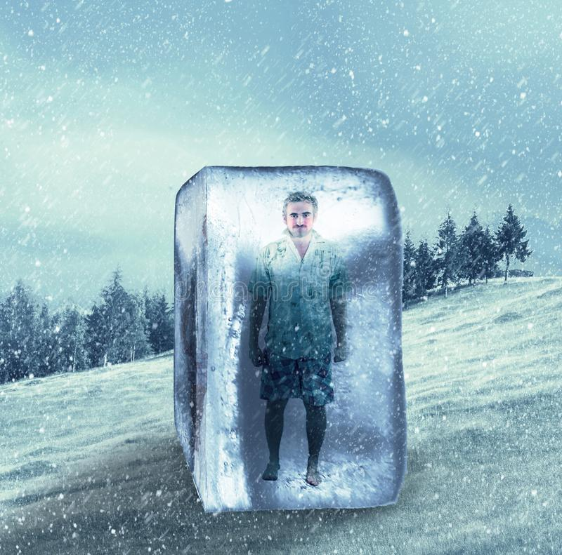 Uomo in vestiti di estate congelati in un cubetto di ghiaccio immagine stock