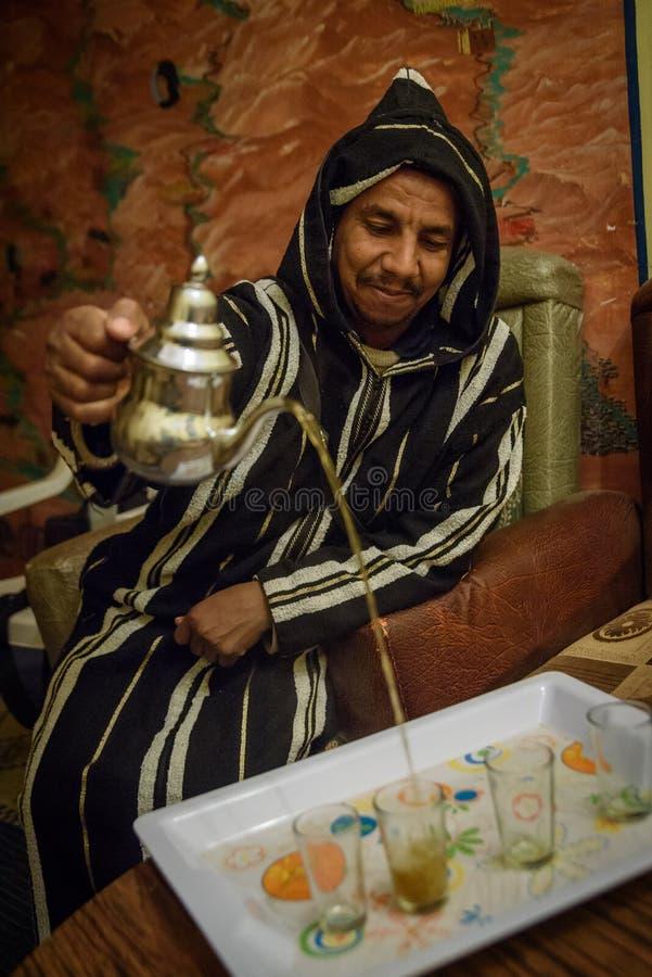 Uomo in vestiti tradizionali che preparano il tè della menta, Marocco fotografia stock libera da diritti