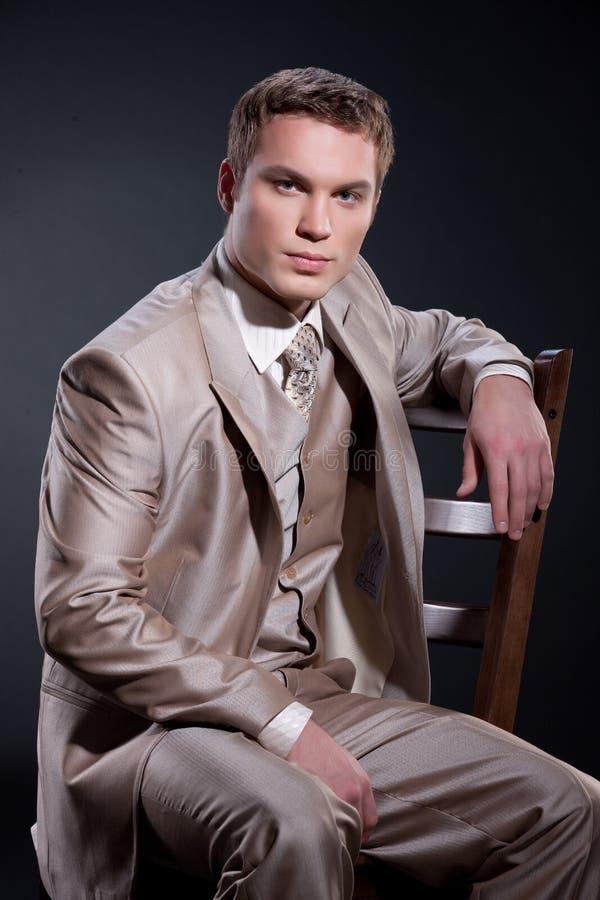 Uomo in vestito alla moda fotografie stock libere da diritti