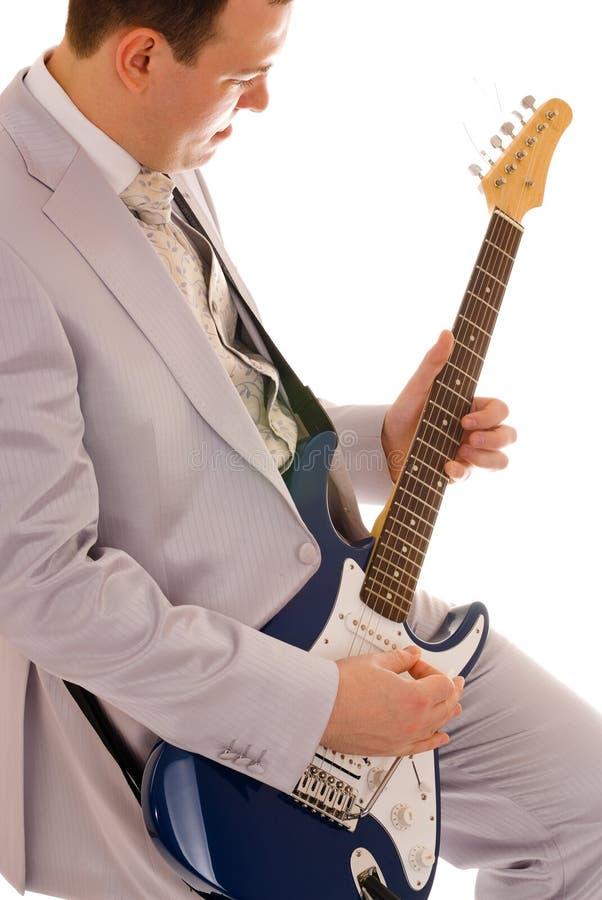 Uomo in vestito bianco che gioca chitarra fotografia stock