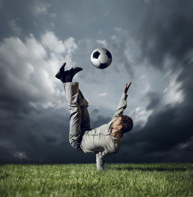 Uomo in vestito casuale che gioca nel calcio fotografie stock