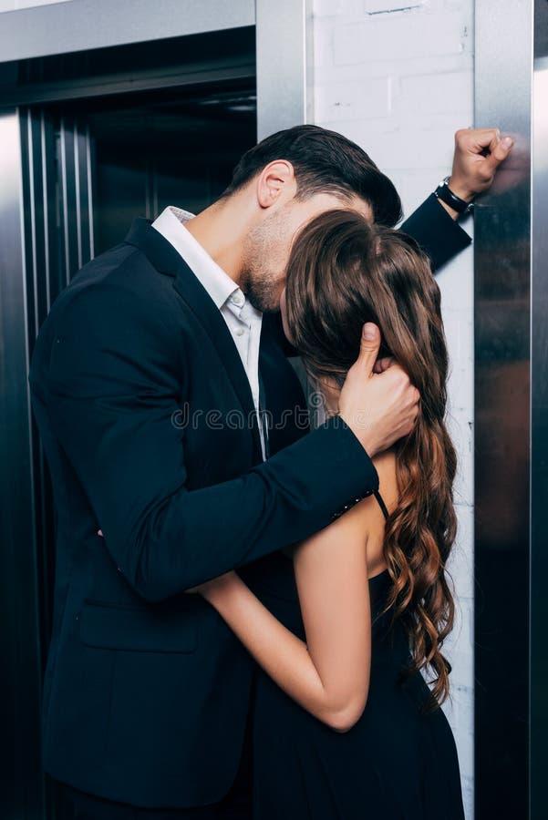 uomo in vestito che bacia appassionato e fotografie stock libere da diritti