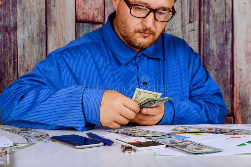 Uomo in vestito che conta lavoro di contabilità di soldi immagine stock libera da diritti