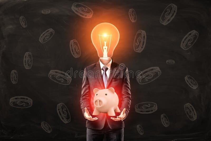 Uomo in vestito con della lampadina la testa invece, levitante porcellino salvadanaio clamorosa rosa sveglio sopra le palme, stan immagine stock
