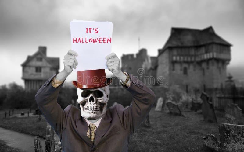 Uomo in vestito con il cranio ed il cappello rosso con il messaggio fotografie stock