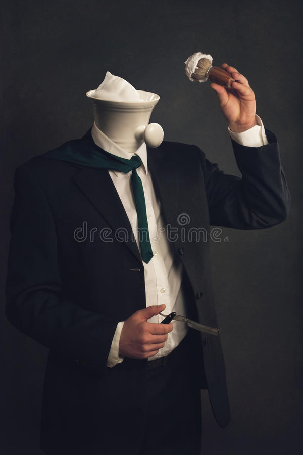 Uomo in vestito con il rasoio, setola e ciotola di rasatura immagine stock libera da diritti