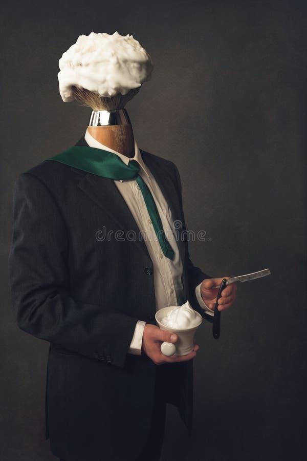 Uomo in vestito con il rasoio, setola e ciotola di rasatura fotografia stock