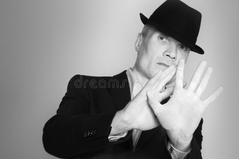 Uomo in vestito e black hat immagine stock