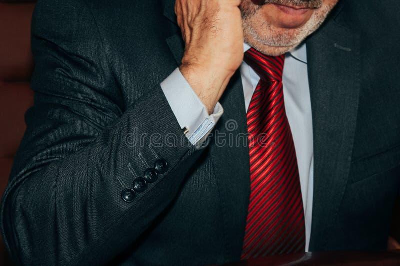 Uomo in vestito scuro ed in legame rosso fotografie stock libere da diritti