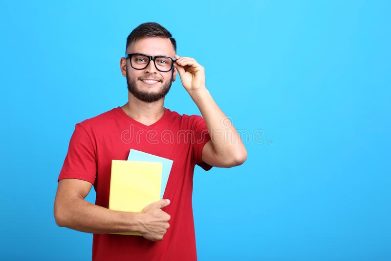 Uomo in vetri con i libri immagine stock