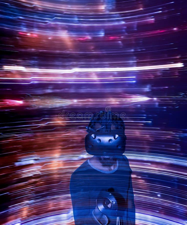 Uomo in vetri di VR su fondo astratto veloce dinamico fotografia stock