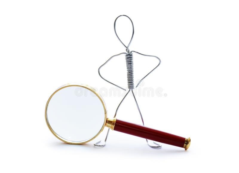 Uomo vicino alla lente d'ingrandimento fotografie stock libere da diritti