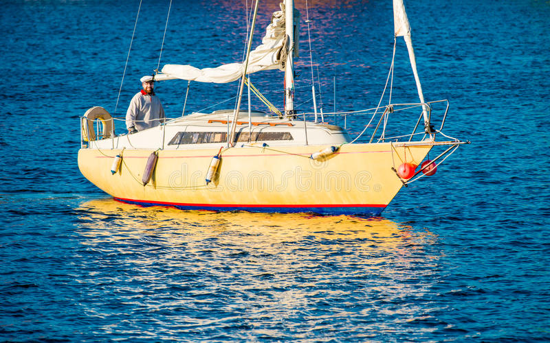 Uomo in yacht immagini stock