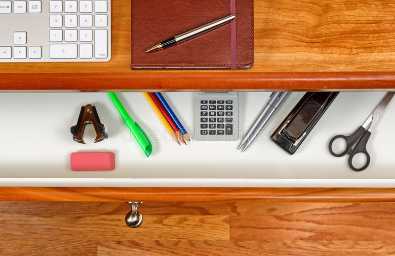 Uorganizowany desktop i otwarty kreślarz z drewnianą podłoga underneath obraz royalty free