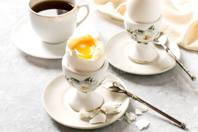 Uova à la coque e tazza di caffè della prima colazione immagini stock