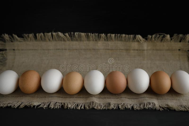 Uova ad una tela su un fondo scuro immagini stock