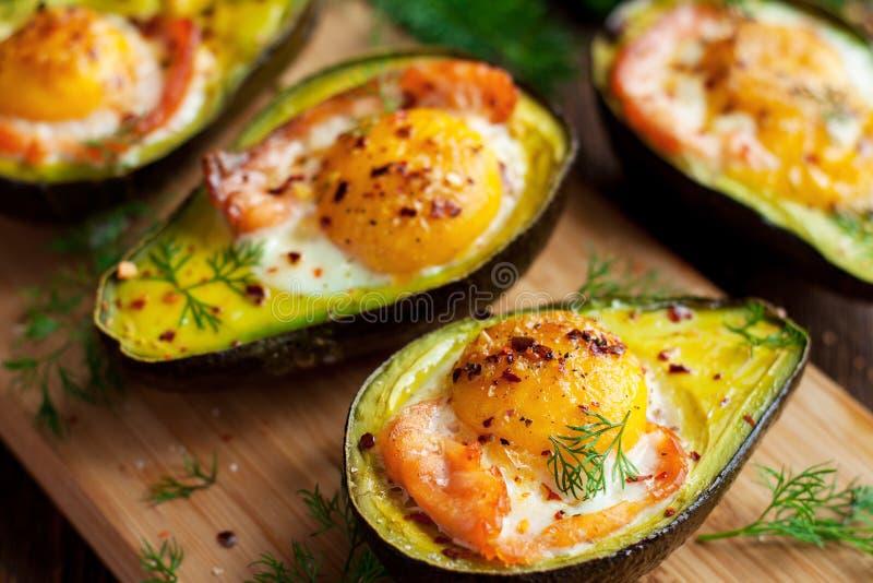 Uova al forno in avocado con il salmone affumicato fotografie stock libere da diritti