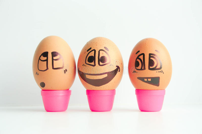 Uova allegre tre amici, uova marroni immagini stock libere da diritti