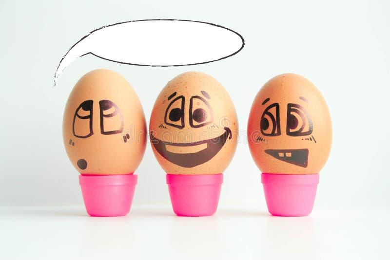 Uova allegre tre amici, uova marroni immagini stock