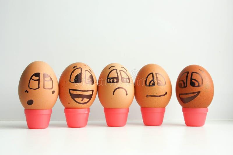 Uova allegre in una fila, allineata in un semicerchio immagine stock libera da diritti