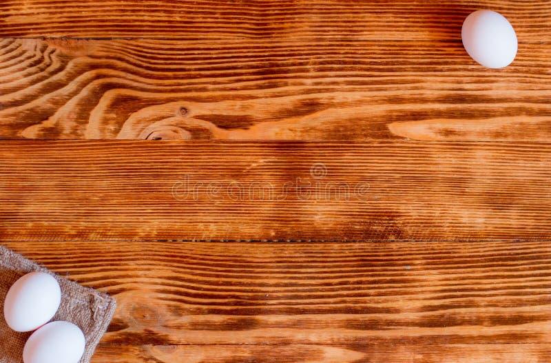 Uova bianche su un fondo di legno fotografia stock