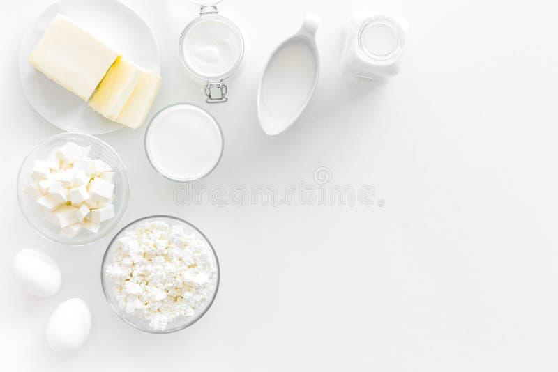 Uova, burro, latte, yougurt, cottage per il yougurt naturale dei prodotti di fattoria sul copyspace monocromatico bianco di vista fotografie stock libere da diritti