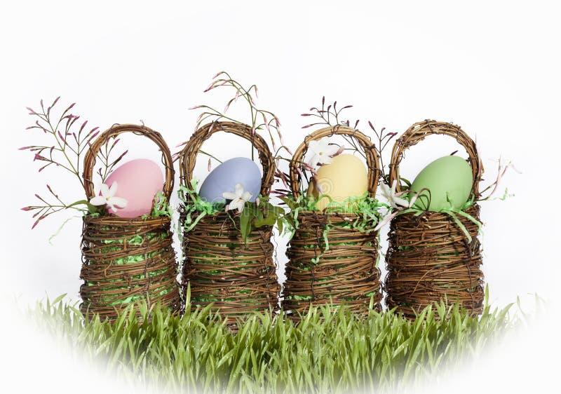 Uova colorate canestri di Pasqua fotografia stock libera da diritti