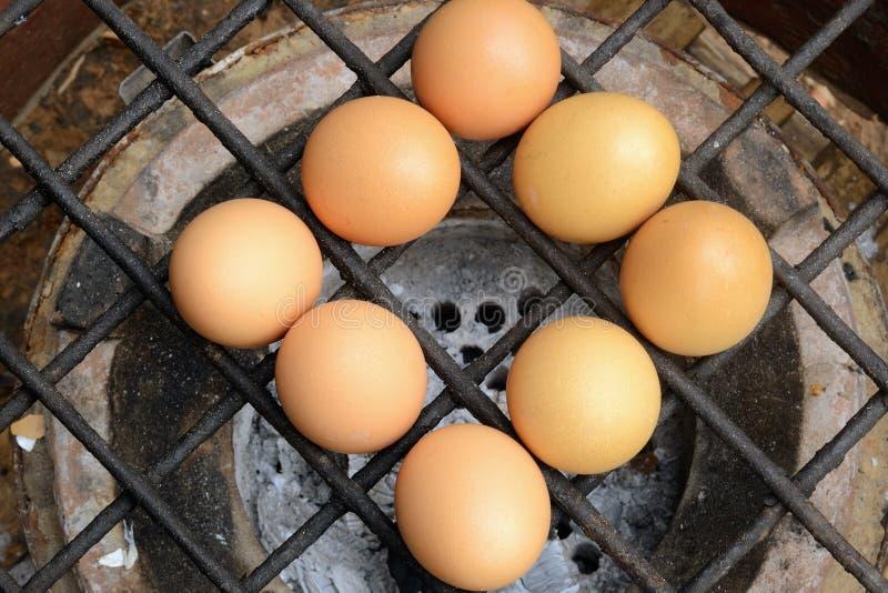 Uova cotte del pollo sopra il gridiron della stufa. fotografia stock