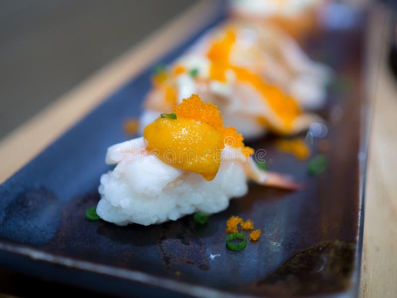 Uova del gamberetto dei sushi immagine stock