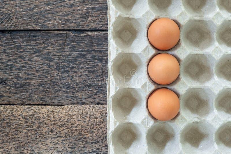 Uova del pollo in vassoio su vecchio fondo di legno fotografia stock libera da diritti