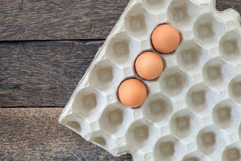 Uova del pollo in vassoio su vecchio fondo di legno immagini stock libere da diritti