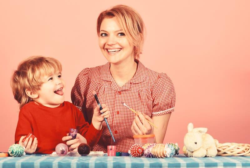 Uova della pittura del figlio e della madre per Pasqua immagine stock libera da diritti
