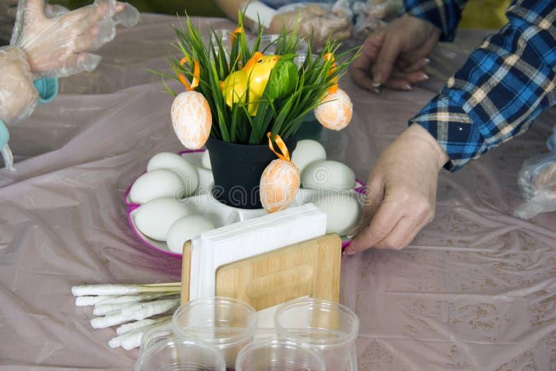Uova della pittura Preparazione per Pasqua Cucinando per Pasqua fotografia stock libera da diritti
