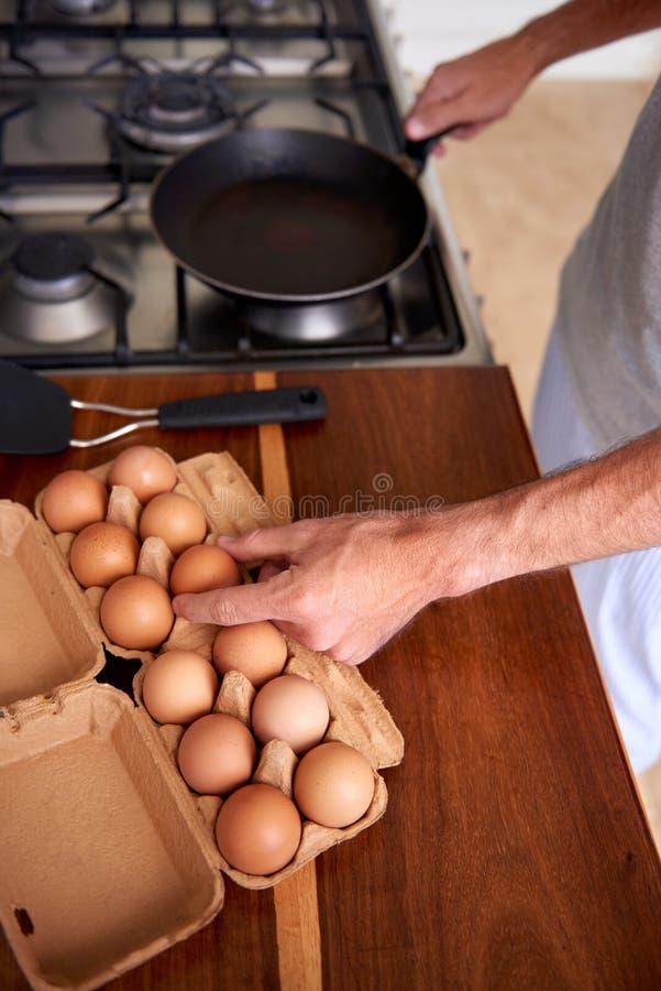 Uova della prima colazione dell'uomo fotografia stock libera da diritti
