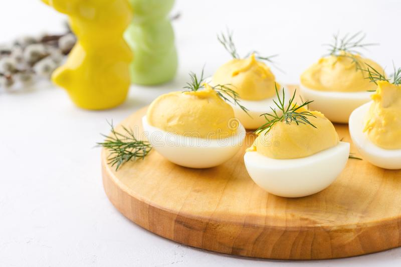 Uova deviled cremose, aperitivo della cena di Pasqua immagini stock
