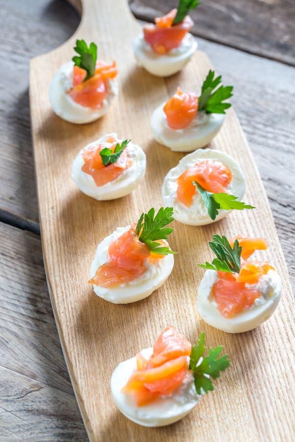 Uova deviled di color salmone del formaggio cremoso immagine stock libera da diritti