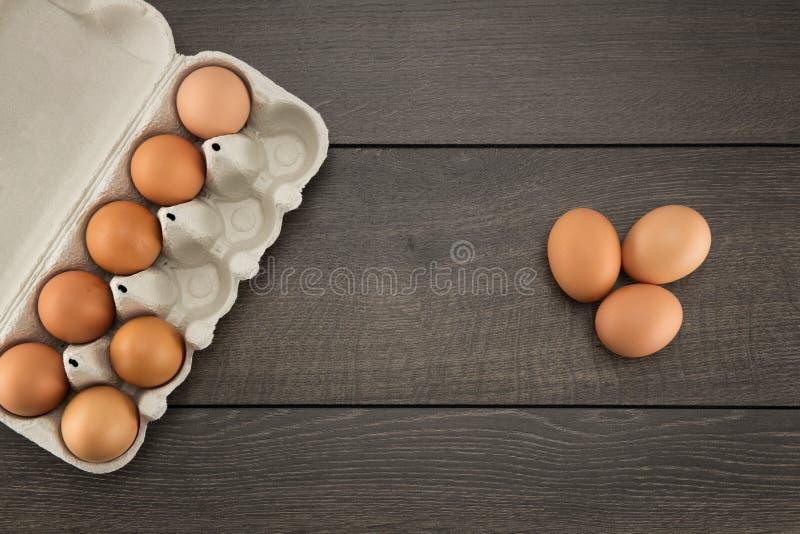 Uova di Brown in cartone dell'uovo fotografia stock