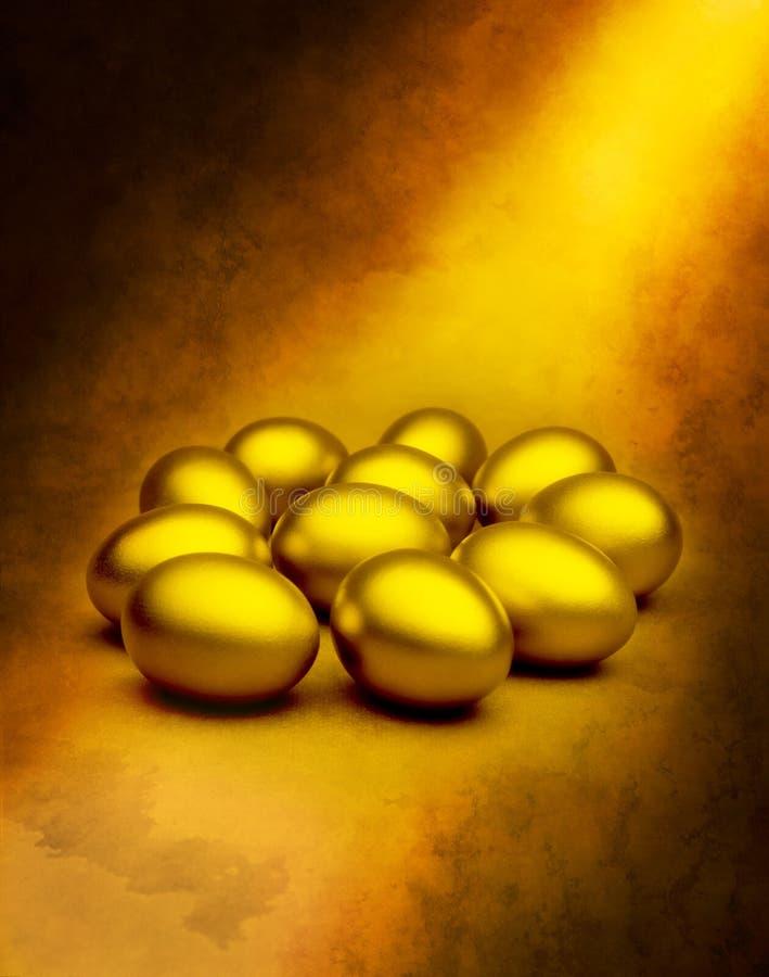 Uova di nido dell'oro fotografie stock libere da diritti