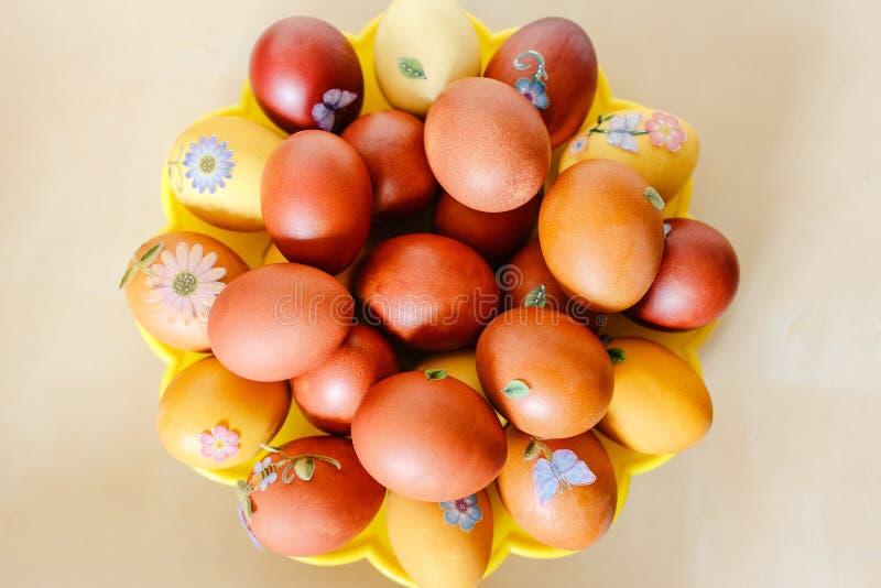 Uova di Pasqua arancio con gli autoadesivi immagine stock
