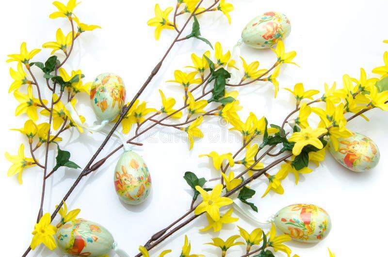 Uova di Pasqua che appendono sui rami di forsythia fotografia stock