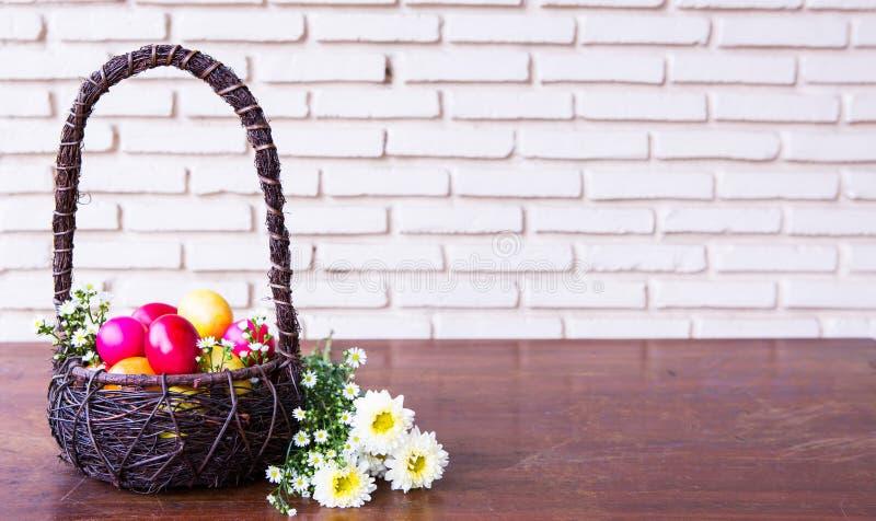 Uova di Pasqua Colourful in canestro marrone fotografia stock libera da diritti