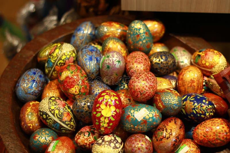 Uova di Pasqua Colourful in secchio di legno fotografie stock