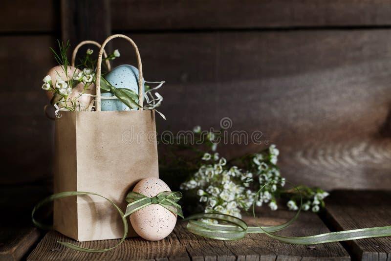 Uova di Pasqua Con i nastri fotografie stock
