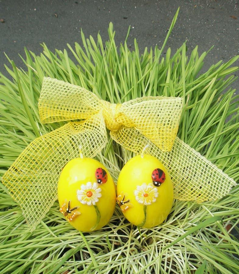 Uova di Pasqua Con il nastro su erba fotografia stock libera da diritti