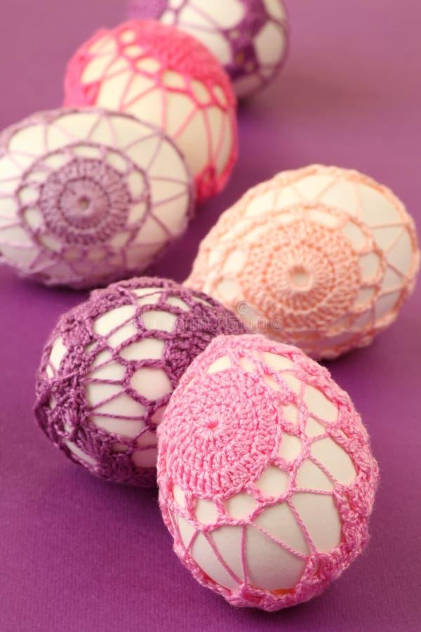 Uova di Pasqua Con la decorazione del crochet immagini stock libere da diritti