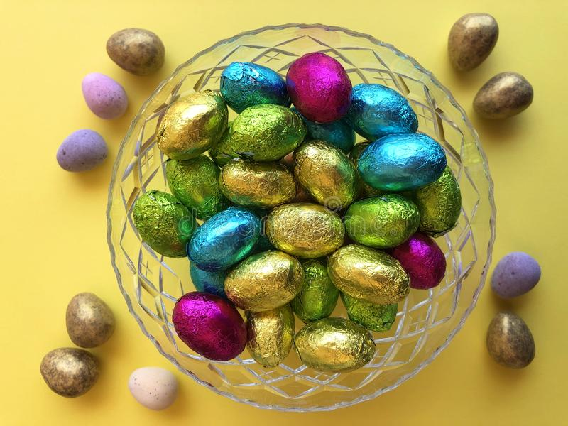 Uova di Pasqua da sopra su giallo immagine stock