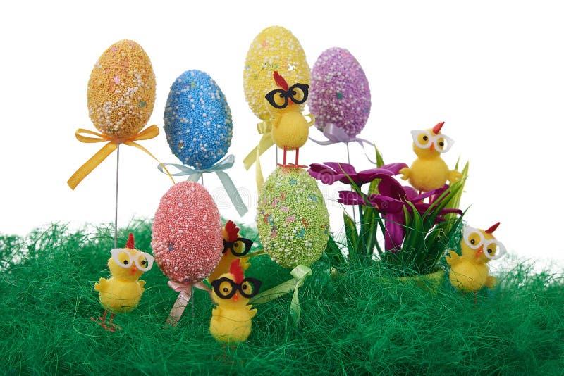 Uova di Pasqua decorate con i punti variopinti Piccoli polli gialli fotografie stock libere da diritti